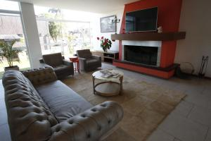 A seating area at Hotel Villa Aconchego de Gramado