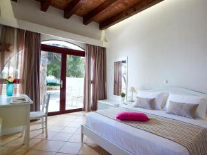 Aroma Creta tesisinde bir odada yatak veya yataklar