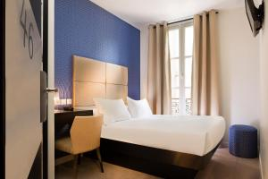 A bed or beds in a room at Le Relais du Marais