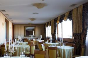 A restaurant or other place to eat at Hotel Carlton