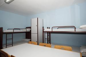 A bunk bed or bunk beds in a room at Alberg Tremp Xanascat