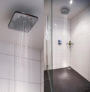 A bathroom at City House De Rozenboom