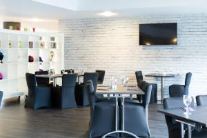 A restaurant or other place to eat at ibis Styles Haydock
