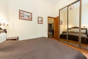 Кровать или кровати в номере Апартаменты Караванная 26