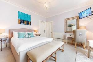 A bed or beds in a room at Florence Suite Boutique Hotel and Restaurant