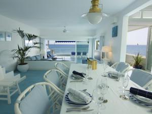 Un restaurante o sitio para comer en Luxury Sea Front Caleton 40