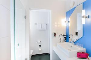 A bathroom at ibis Styles Bremen Altstadt