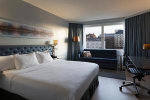Cama o camas de una habitación en Hilton Helsinki Strand