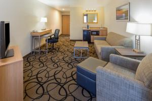 A seating area at Holiday Inn Express Hotel and Suites - Henderson, an IHG hotel