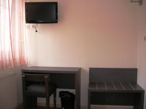 Télévision ou salle de divertissement dans l'établissement Hôtel La Grande Cordée