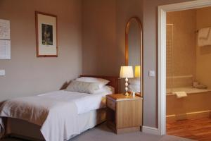 A bed or beds in a room at The Kings Head Hotel