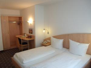 A bed or beds in a room at Hotel Brehm