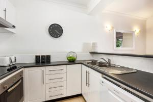 A kitchen or kitchenette at Melbourne Luxury Paradise