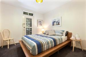 A bed or beds in a room at Melbourne Luxury Paradise