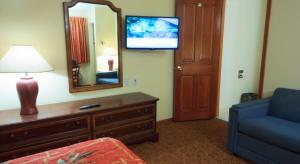 Una televisión o centro de entretenimiento en Calypso Boutique Hotel