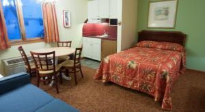 Una cama o camas en una habitación de Calypso Boutique Hotel