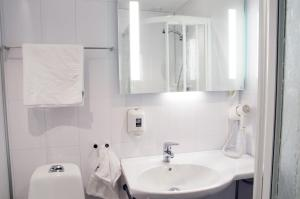 A bathroom at Hamarøy Hotel