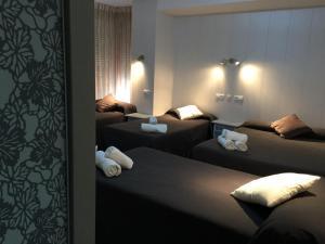 A bed or beds in a room at Hostal Maribel