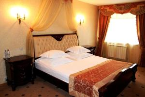A bed or beds in a room at Hotel Aristokrat Kostroma