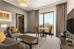 A seating area at Hawthorn Suites by Wyndham Abu Dhabi City Center