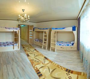 Двухъярусная кровать или двухъярусные кровати в номере Friendhostel