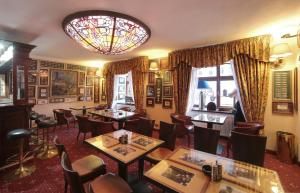 A restaurant or other place to eat at Pension Masonic House
