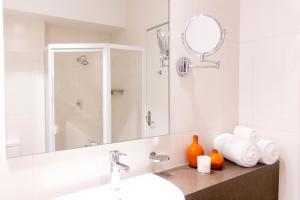 A bathroom at Lithgow Workies Club Motel