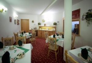 "A restaurant or other place to eat at Altstadthotel ""Garni"" Grimma"