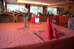 Ein Restaurant oder anderes Speiselokal in der Unterkunft Hotel Landhaus Waldesruh