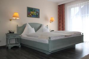 Ein Bett oder Betten in einem Zimmer der Unterkunft Hotel Landhaus Waldesruh