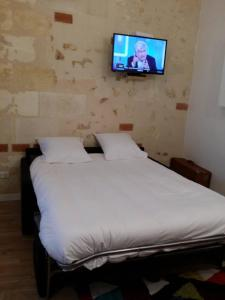 A bed or beds in a room at beau studio centre ville