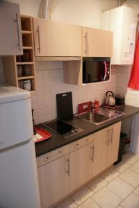 A kitchen or kitchenette at Gite Escale en Ville