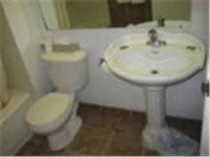 A bathroom at Kirkfield Motor Hotel