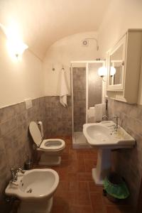 A bathroom at B&B Da Peppe Al Borgo
