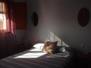A bed or beds in a room at Hostal de la Luz