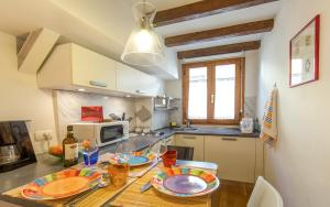 A kitchen or kitchenette at Sitornino Apartment