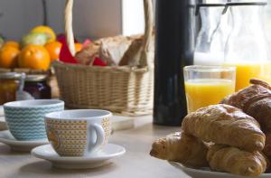Breakfast options available to guests at La Madriguera Hostel