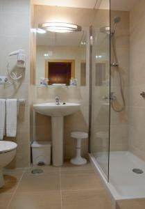 A bathroom at Hotel Villa Naranjos
