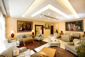 Een zitgedeelte bij Aparthotel Monarque Sultán