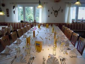 Ein Restaurant oder anderes Speiselokal in der Unterkunft Klosterweiherhof