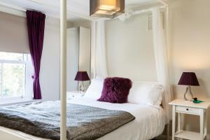 A bed or beds in a room at Fernlea Garden 3