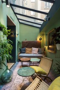 A seating area at COQ Hotel Paris