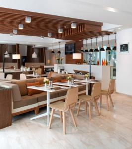 A restaurant or other place to eat at Courtyard by Marriott Lima Miraflores