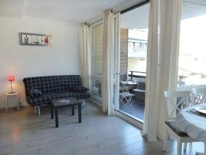 A seating area at Apartment Les Marinas-7