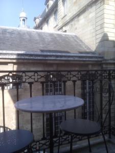 A balcony or terrace at Apparts en ville Place de la Bourse