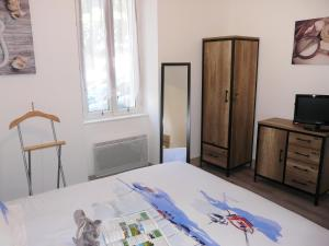 A bed or beds in a room at Apartment La Licorne