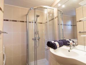 A bathroom at Apartment les Oiseaux-2