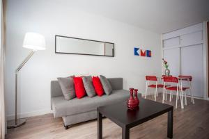 A seating area at Fuencarral Apartments