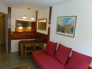 A seating area at Apartment Le Chamois Blanc-8