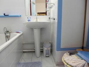A bathroom at Studio Les Cyprianes-6